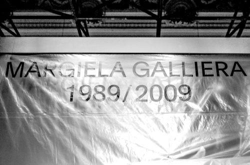 Entrada a la exposición Margiela Galliera en el museo de la moda de París.