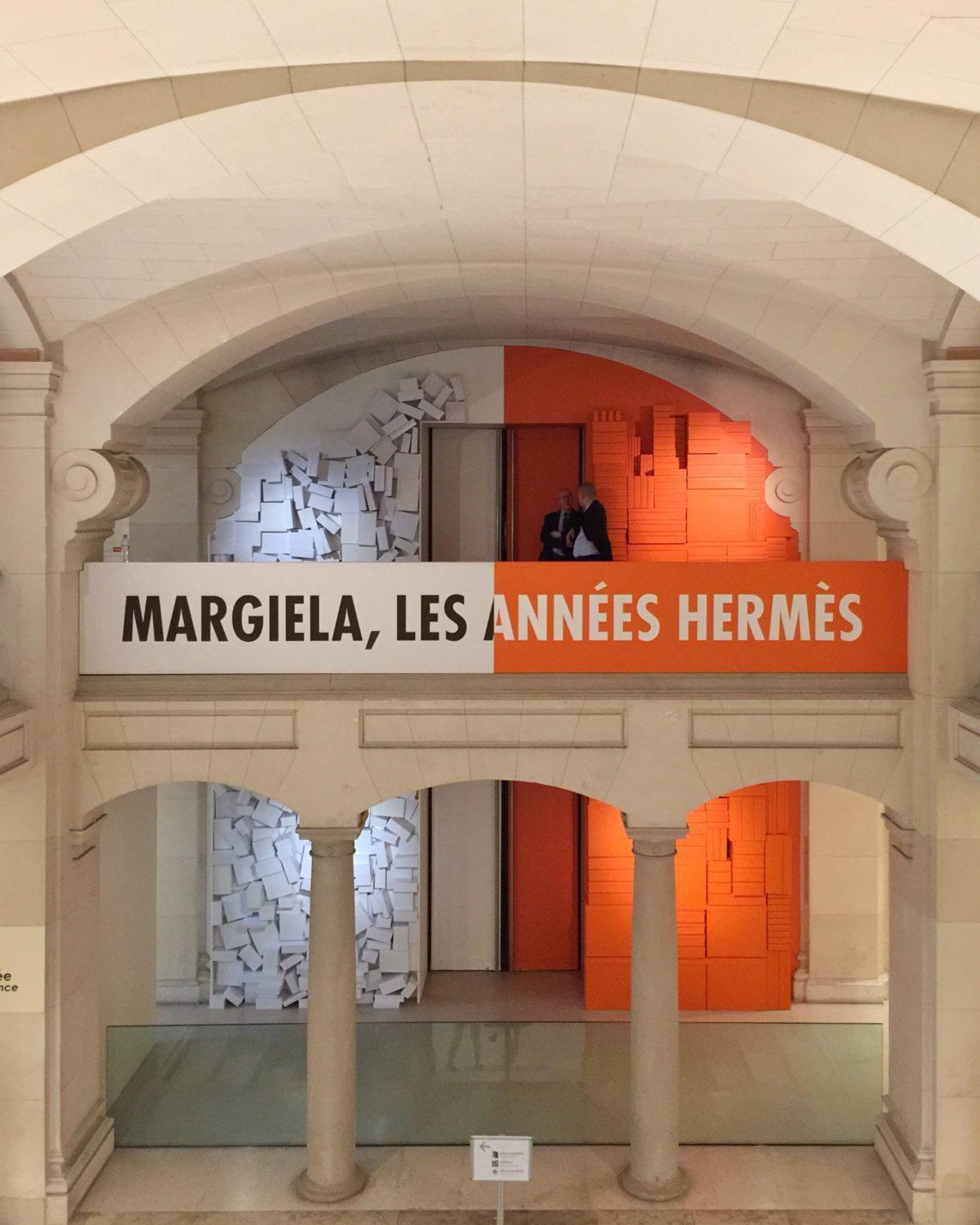 """Entrada a la exposición """"Margiela, los años Hermès"""" en el Museo de Artes Decorativas de París."""