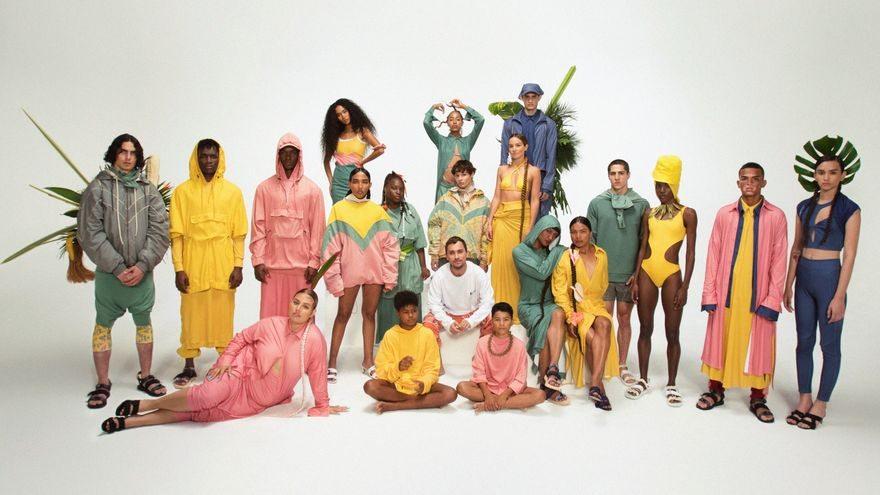 Grupo de personas vestidas con las prendas diseñadas por Esteban Cortázar (quien aparece en el centro de la imagen) en su colaboración con Taeq