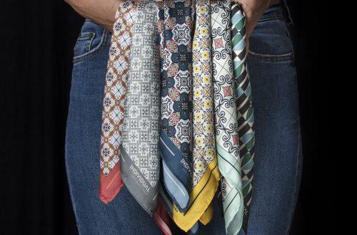 pañoletas de individual entre las manos de una mujer